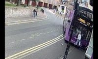 ავტობუსის დაჯახების შემდეგ ბრიტანელი წამოდგა და ლუდის დასალევად წავიდა