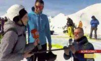 """""""რუსთავი 2""""- ის ჟურნალისტს პირდაპირ ეთერში ხელი სთხოვეს – ვიდეო"""