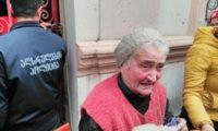 ამ წუთებში ბათუმში პოლიცია ასახლებს 82 წლის მოხუცს, რომელიც ჩამორთმეულ ბინაში ამწეთი შევიდა