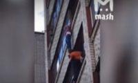 ბავშვი მე-6 სართულის ფანჯარაზე 25 წუთი ეკიდა – ვიდეო