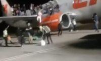 """""""თვითმფრინავში ბომბია!"""" – მგზავრები ბორტიდან გადახტნენ და ცხვირ-პირი დაიმტვრიეს – ვიდეო"""