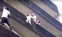 არალეგალი მიგრანტი პარიზში, ქუჩიდან მეოთხე სართულზე აცოცდა და ბავშვი გადაარჩინა
