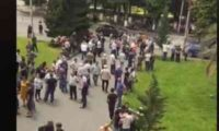 """აქცია ოზურგეთში – """"ნაციონალური მოძრაობა"""" საკრებულოს თავმჯდომარის გადადგომას ითხოვს"""