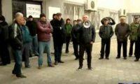 ელმავალმშენებლის მუშებმა ადმინისტრაცია შენობაში არ შეუშვეს