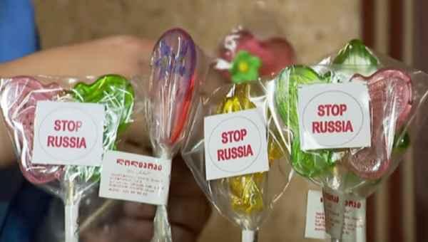 """ტკბილეული წარწერით """"Stop Russia"""" -  11 წლის გორელი ბიჭის წარმატებული ბიზნესი"""