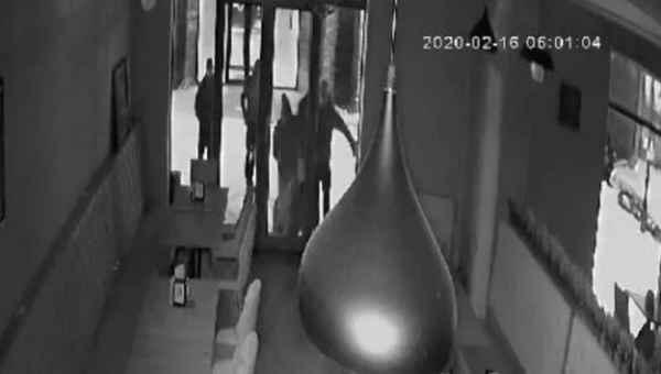 მკვლელობა გუდაურში - მერაბ კობიაშვილს რამდენიმე ადამიანი ურტყამს - ვიდეო