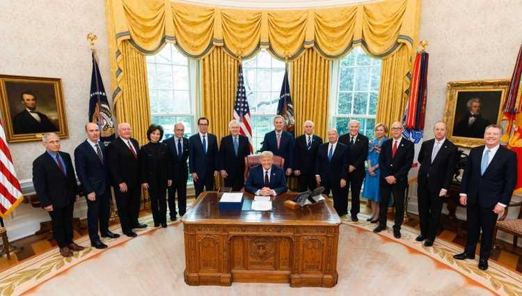 ტრამპმა დახმარების უპრეცედენტო 2 ტრილიონიან პაკეტს მოაწერა ხელი