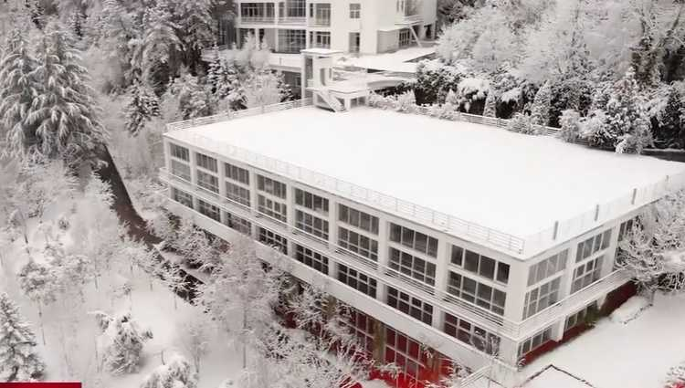 8 სართულიანი შენობა ტყეში ტყვიაგაუმტარი შუშებით – სად იცხოვრებს პოლიტიკიდან წასული ივანიშვილი
