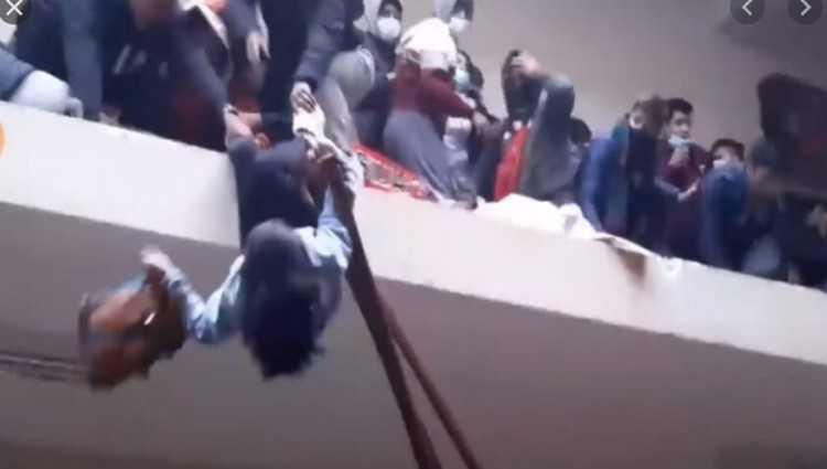 სტუდენტები მოაჯირს მიაწვნენ, რომელიც მოწყდა – 5 სტუდენტი დაიღუპა – ვიდეო