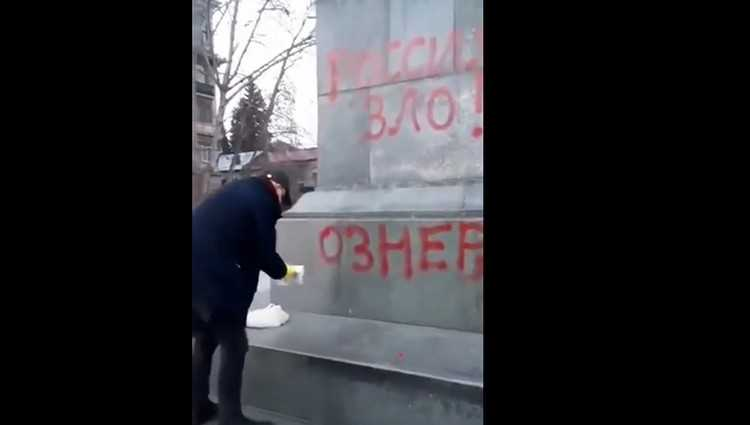 ერეკლე კუხიანიძემ გრიბოედოვის ძეგლიდან ანტირუსული წარწერები წაშალა - ვიდეო