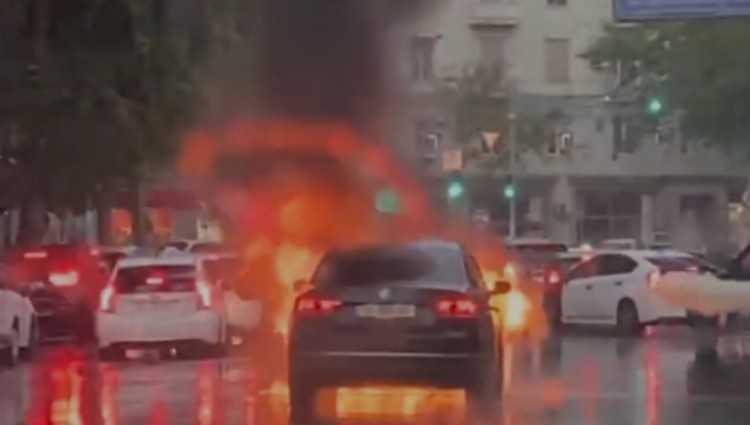 თბილისში ყაზბეგის გამზირზე მანქანას ცეცხლი გაუჩნდა - ვიდეო