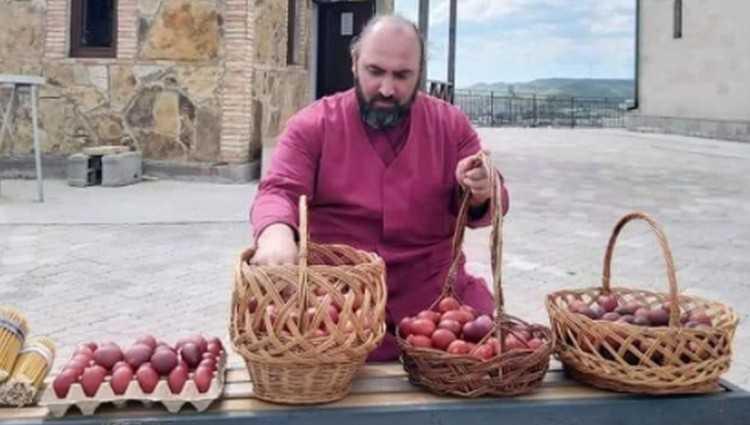 გორში მამა ლუკამ ყველა საფლავზე მიიტანა წითელი კვერცხი და ნაკურთხი წყალი ასხურა
